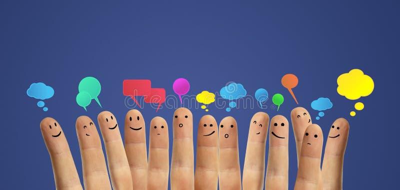 Grupo feliz de dedo con la muestra social de la charla fotografía de archivo