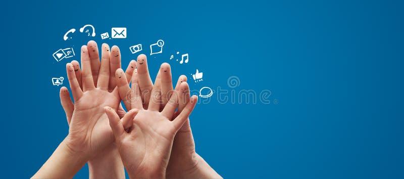Grupo feliz de dedo con la muestra social de la charla foto de archivo