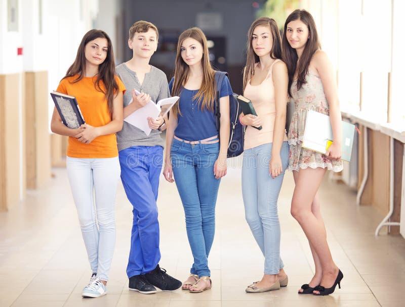 Grupo feliz de estudantes novos fotografia de stock