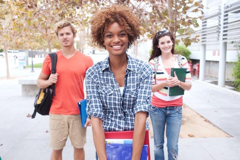 Grupo feliz de estudantes universitários foto de stock royalty free