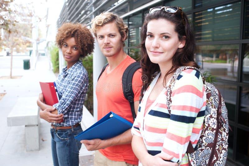 Grupo feliz de estudiantes universitarios foto de archivo
