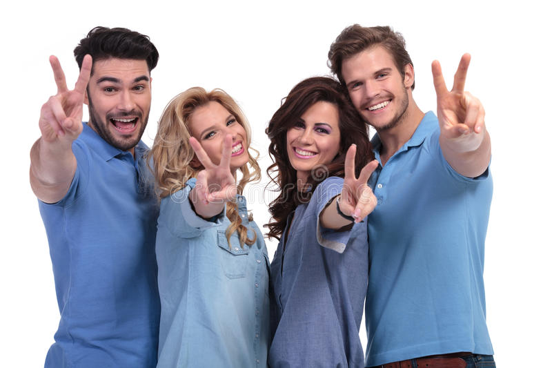 Grupo feliz de gente joven que hace la victoria Han fotos de archivo libres de regalías