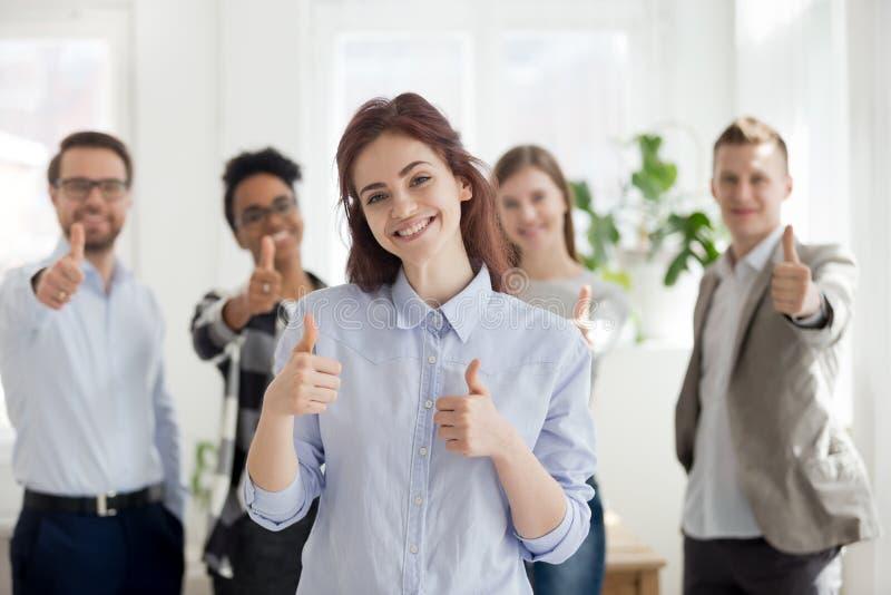 Grupo feliz de hombres de negocios multirraciales dentro imagen de archivo