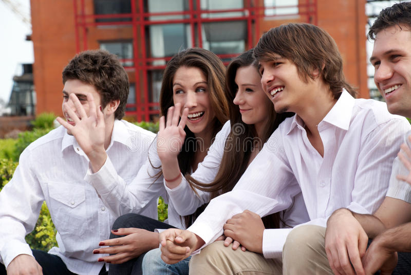 Grupo feliz de individuos y de muchachas jovenes imagenes de archivo