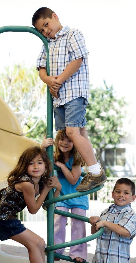 Grupo feliz de jogo das crianças fotos de stock royalty free