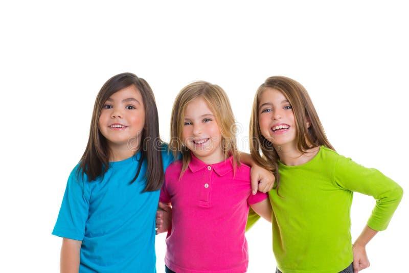 Grupo feliz de las muchachas de los niños que sonríe junto fotografía de archivo