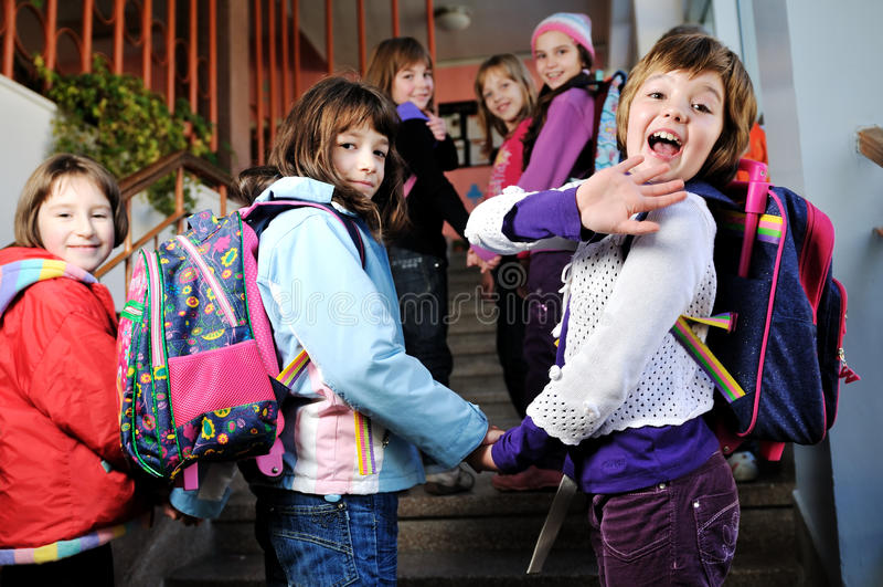 Grupo feliz de los niños en escuela fotos de archivo
