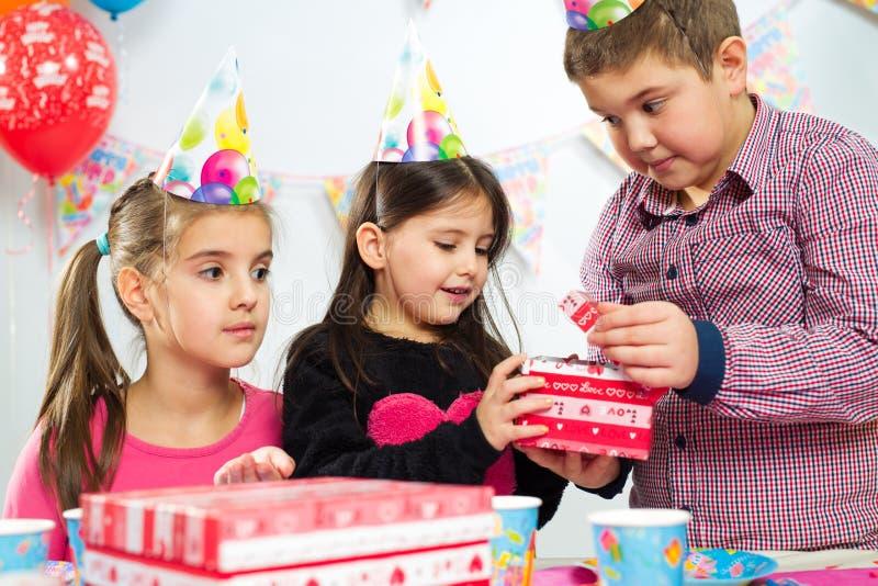 Grupo feliz de niños que se divierten en la fiesta de cumpleaños fotografía de archivo libre de regalías
