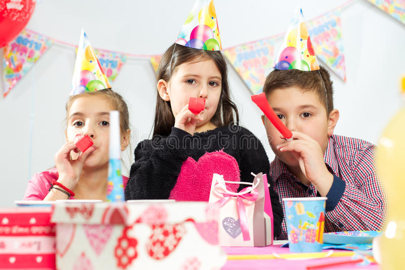 Grupo feliz de niños que se divierten en la fiesta de cumpleaños fotos de archivo libres de regalías