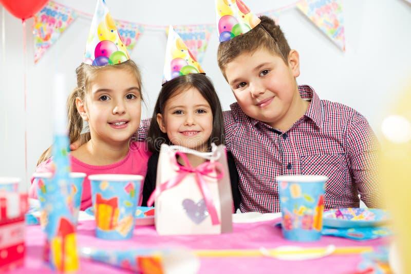 Grupo feliz de niños que se divierten en la fiesta de cumpleaños fotos de archivo