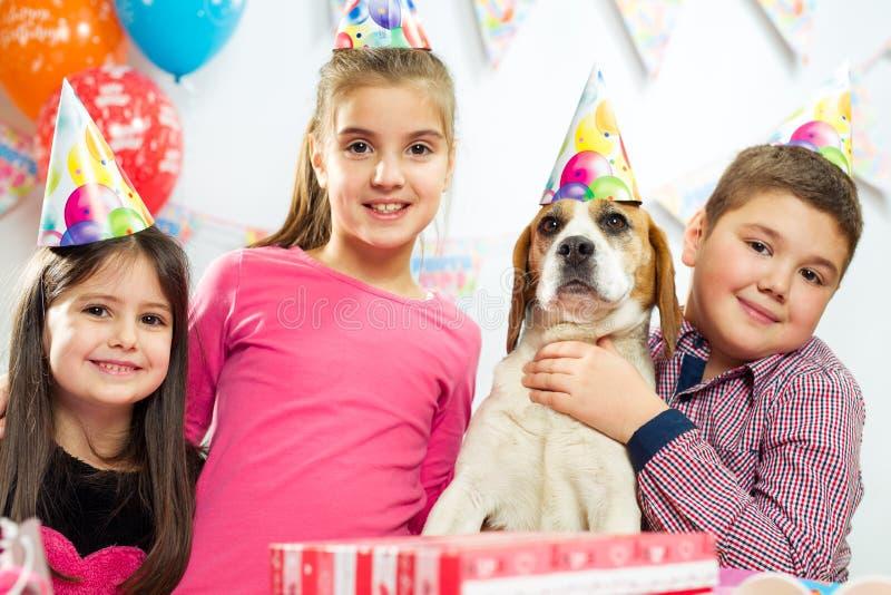 Grupo feliz de niños que se divierten en la fiesta de cumpleaños fotografía de archivo