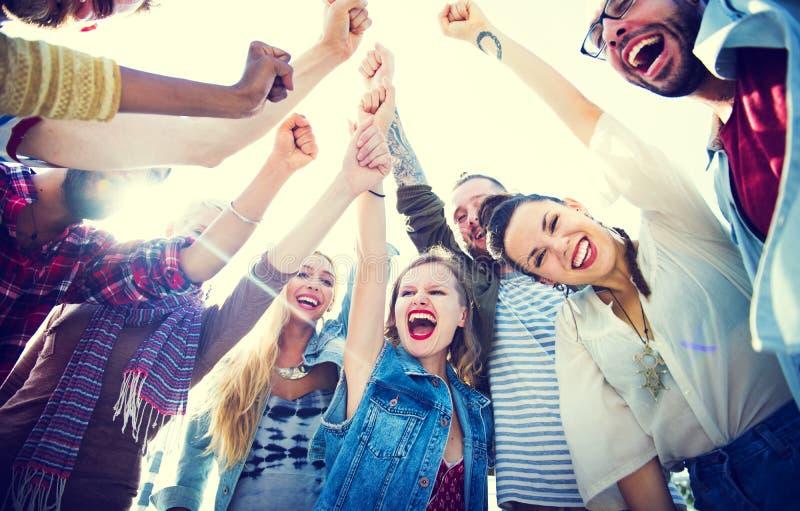 Grupo feliz de partido dos amigos imagem de stock