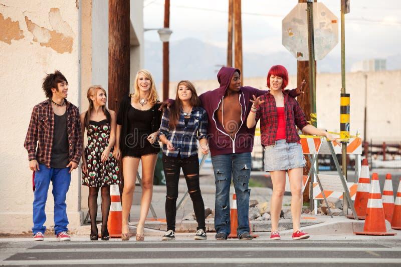 Grupo feliz de punks novos que anda junto fotografia de stock