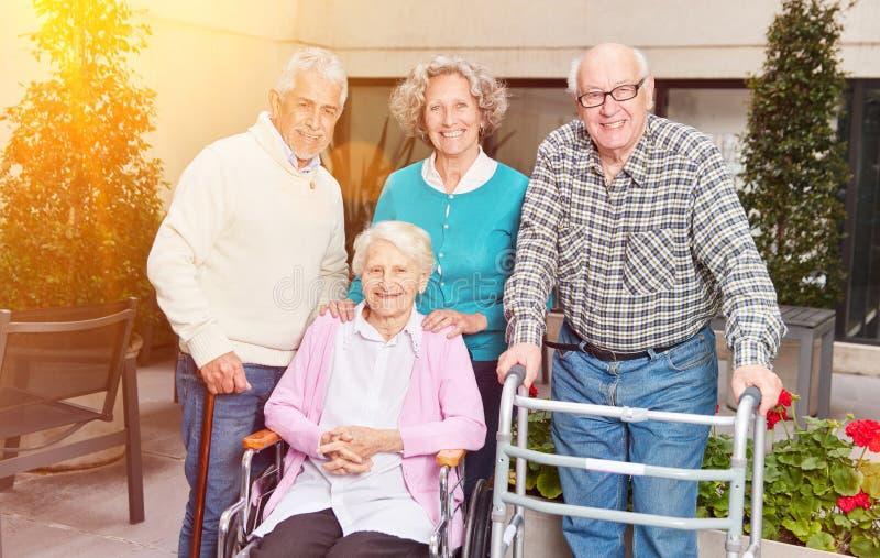 Grupo feliz de sêniores no lar de idosos foto de stock