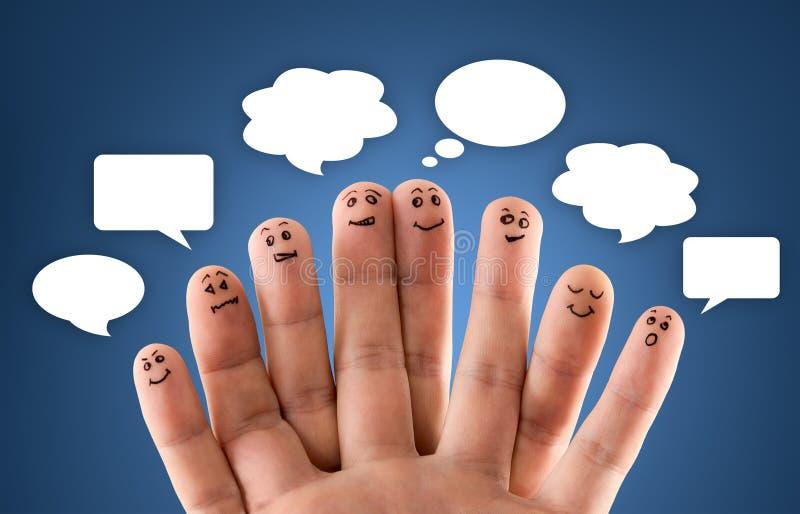 Grupo feliz de smiley del finger con la muestra y el discurso sociales b de la charla fotos de archivo libres de regalías