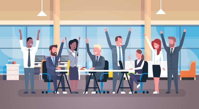 Grupo feliz de Team Sitting Together At Desk do negócio alegre de empresários bem sucedidos com mãos levantadas em moderno ilustração royalty free