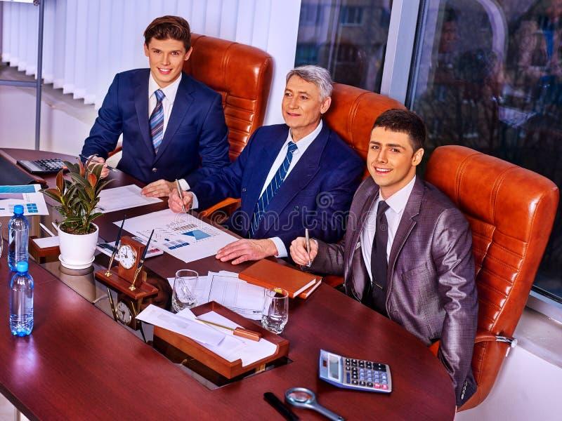 Grupo feliz do chefe dos homens de negócio no escritório foto de stock royalty free