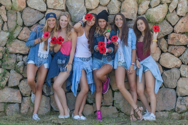 Grupo feliz dos adolescentes da sarja de Nimes da forma fotos de stock