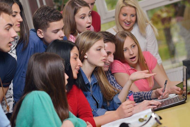 Grupo feliz dos adolescentes na escola fotografia de stock