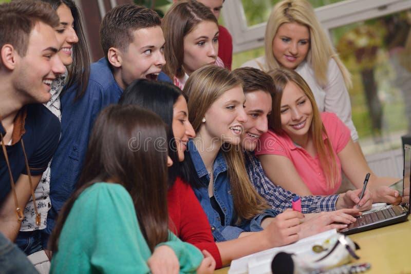 Grupo feliz dos adolescentes na escola fotos de stock royalty free