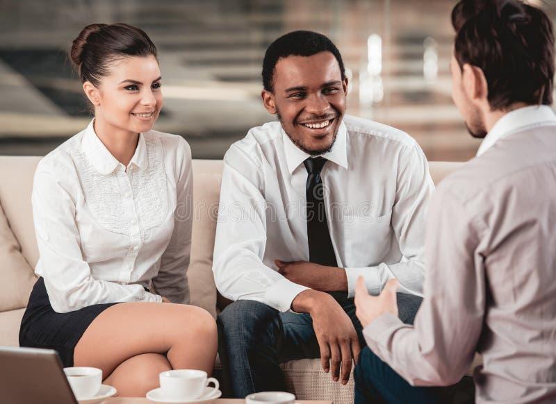 Grupo feliz multirracial de sócios comerciais imagem de stock
