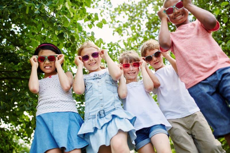 Grupo fresco de niños con las gafas de sol imágenes de archivo libres de regalías