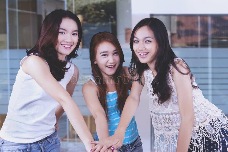 Grupo gestos de mão mostrando altos do trabalho da equipe dos adolescentes de cinco fotos de stock royalty free