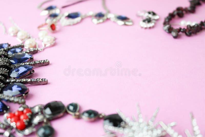 Grupo glamoroso na moda da joia da joia brilhante preciosa bonita, colar, brincos, anéis, correntes, broches fotografia de stock royalty free