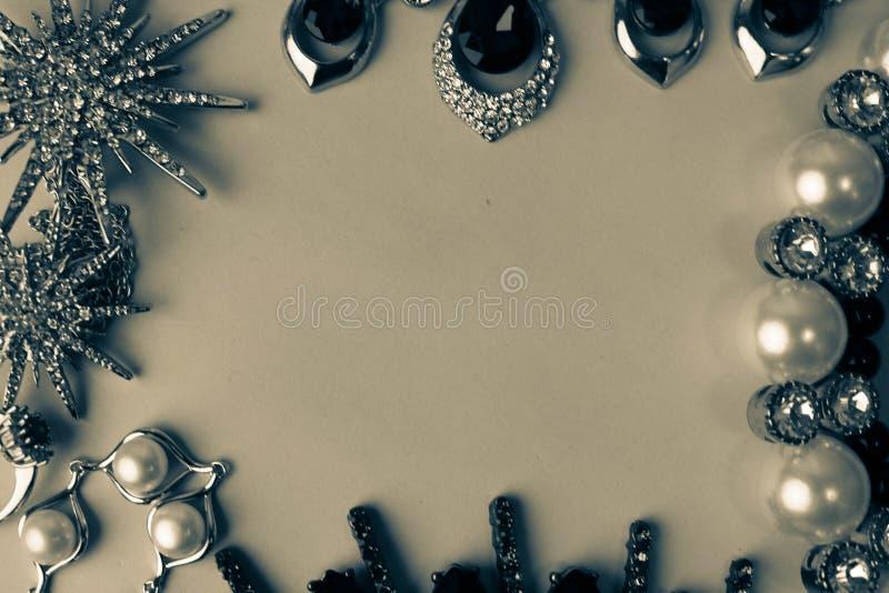 Grupo glamoroso na moda da joia da joia brilhante preciosa bonita, colar, brincos, anéis, correntes, broches com pérolas imagem de stock royalty free