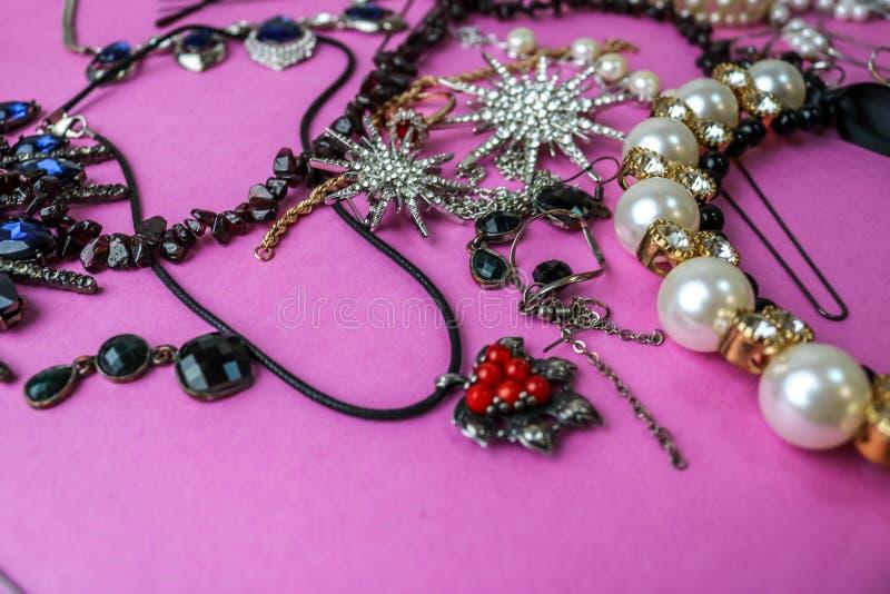 Grupo glamoroso na moda da joia da joia brilhante preciosa bonita, colar, brincos, anéis, correntes, broches com pérolas fotografia de stock royalty free