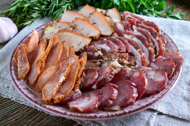 Grupo grande da carne A salsicha fumado caseiro da carne de porco-carne, bacon salgado, basturma desbastou fatias fotos de stock royalty free