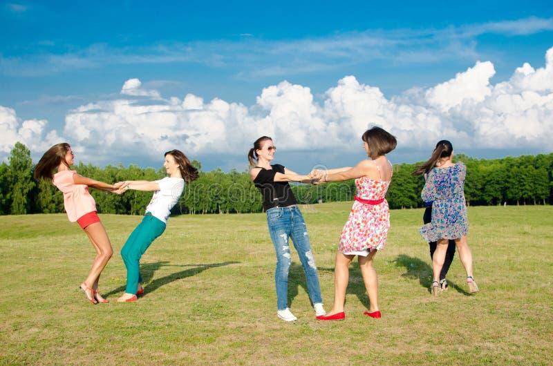 Grupo grande de chicas jóvenes foto de archivo