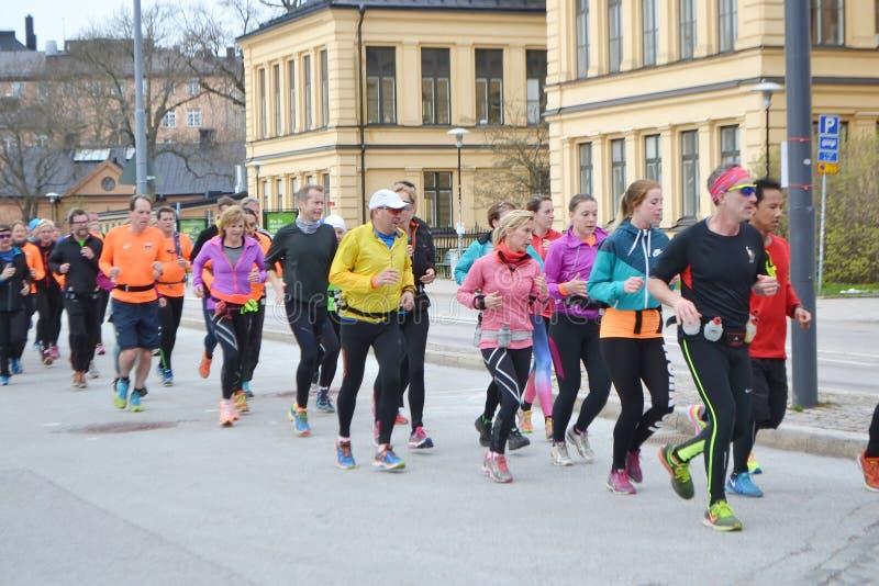 Grupo grande de corredores en la Estocolmo fotos de archivo