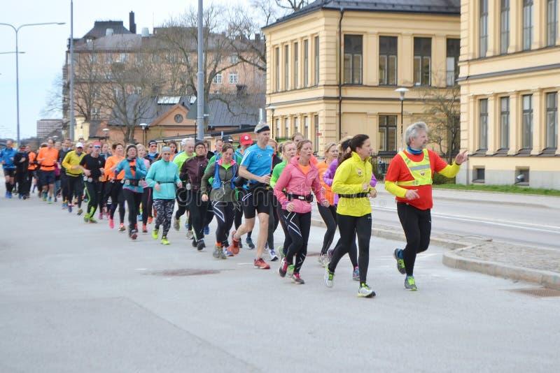 Grupo grande de corredores en la Estocolmo fotografía de archivo