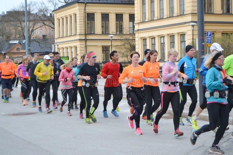 Grupo grande de corredores en la Estocolmo foto de archivo