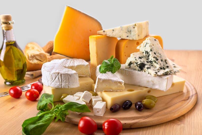 Grupo grande de diversos tipos de queso fotos de archivo libres de regalías