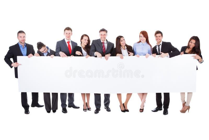 Grupo grande de empresarios que presentan la bandera fotos de archivo