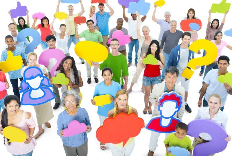 Grupo grande de gente diversa que lleva a cabo la burbuja de la velocidad imagen de archivo