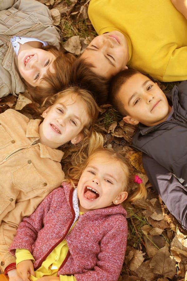 Grupo grande de niños fotos de archivo