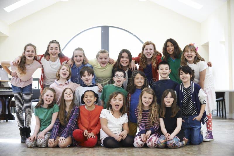 Grupo grande de niños que gozan del taller del drama junto fotografía de archivo