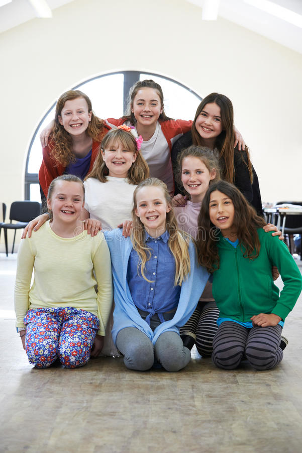 Grupo grande de niños que gozan del taller del drama junto imagen de archivo