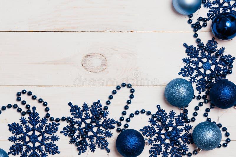 Grupo grande de ornamento do ano novo do Natal, decorações, bolas, flocos de neve, grânulos azuis no branco em um fundo de madeir fotografia de stock