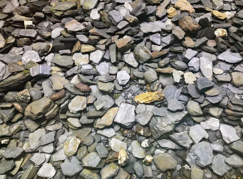 Grupo grande de rocas y de piedras en un jardín fotos de archivo libres de regalías