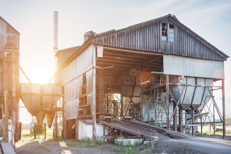 Grupo grande de secadores de gr?o abandonados velhos complexos para secar o trigo Silo de gr?o moderno imagens de stock royalty free