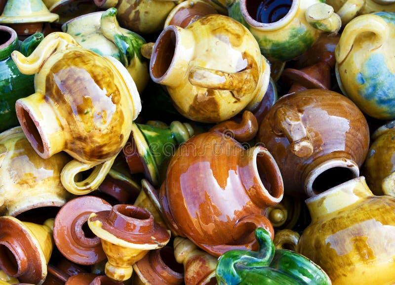 Grupo grande de teteras ceravic coloridas. fotografía de archivo