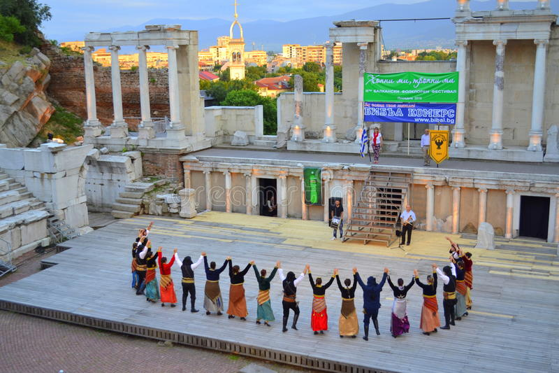 Grupo griego de la danza en Roman Amphitheater imagenes de archivo