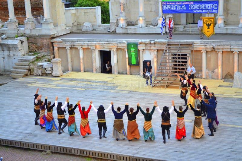 Grupo griego de la danza en Roman Amphitheater fotos de archivo libres de regalías