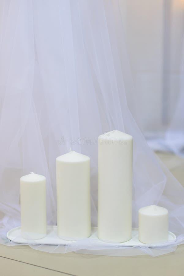 Grupo grosso branco das velas da cera na fileira fotos de stock royalty free