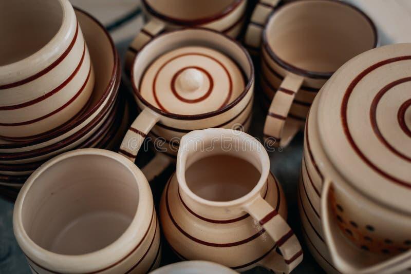 Grupo Handcrafted da cerâmica de pratos, utensílios feitos a mão fundo, vista de cima de fotografia de stock