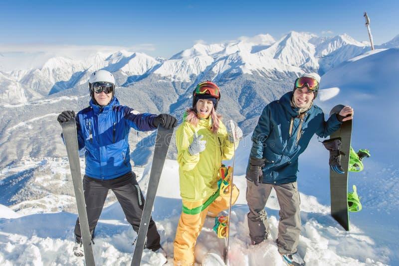 Grupo inspirado de snowboarders na cimeira imagem de stock royalty free